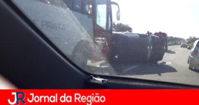 Ônibus e carro se envolvem em acidente