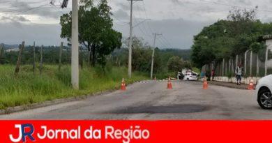 """Queda de postes deixa bairro """"ilhado"""""""