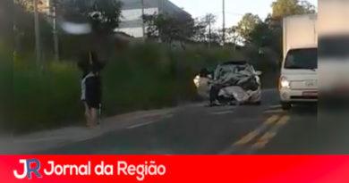 Carro fica destruído em acidente