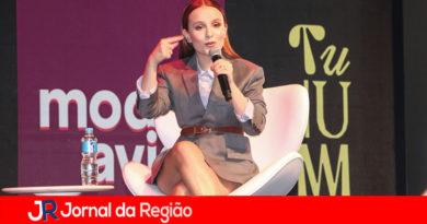 Larissa Manoela participa de evento da Netflix