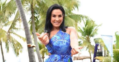 Sheila Carvalho conhece praia no Pernambuco