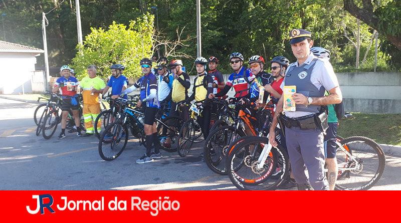 Ciclistas recebem dicas da Polícia Rodoviária