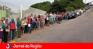 População faz longa fila para marcar médico