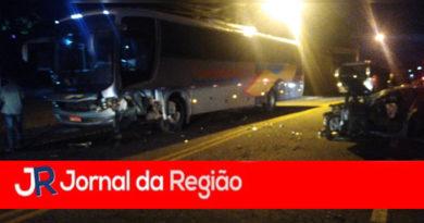 Carro e ônibus batem no Morada das Vinhas