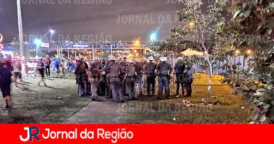 Policiais são recebidos com pedras e garrafas na dispersão