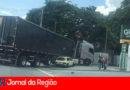 Carro e caminhão batem na rua Cica