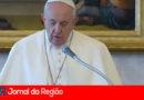 Papa faz celebração sozinho e destaca importância da vida