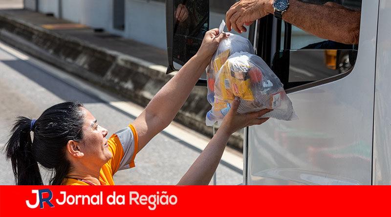 Caminhoneiros recebem kits de alimentação