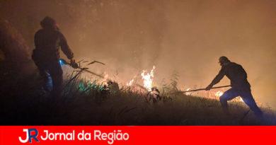 Guardas e bombeiros apagam fogo ao lado do Parque da Cidade