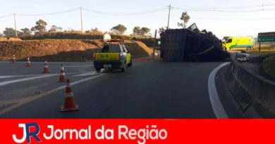 Caminhão tomba no trevo do Jundiaí Mirim