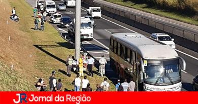Carro e ônibus batem na Via Anhanguera