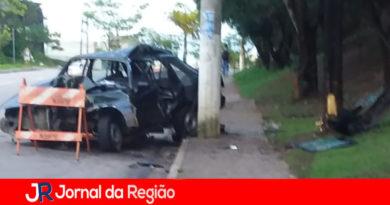 Carro bate contra poste na madrugada, em Jundiaí