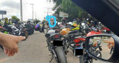 Motos bloqueiam acesso de moradores no Medeiros