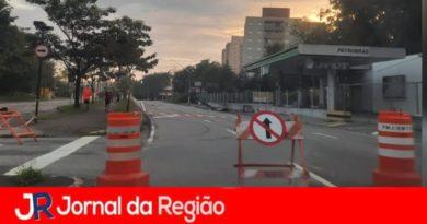 Carro derruba poste na Avenida dos Imigrantes, em Jundiaí