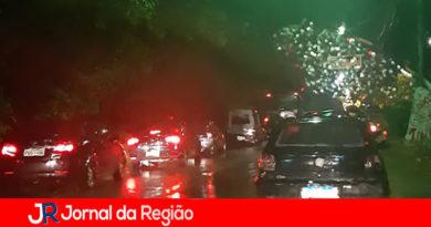 Motociclista cai embaixo de caminhão na Marginal do Rio Jundiaí