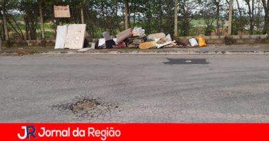 Calçada vira 'depósito de lixo', diz leitor de Várzea Paulista