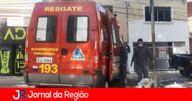 Bombeiros socorrem pedestre que caiu em calçada