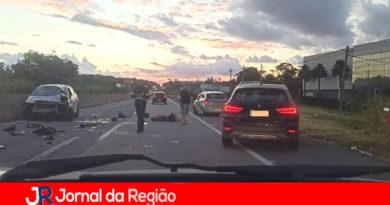Carro bate em mureta da Estrada Jundiaí a Itupeva