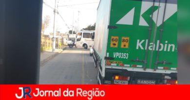 Ônibus quebra e bloqueia avenida em Jundiaí