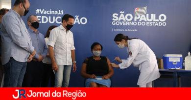 Merendeira que ajudou crianças em massacre de Suzano é 1ª profissional de educação vacinada no Brasil
