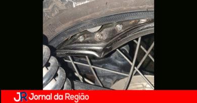 Motociclista sofre acidente em buraco
