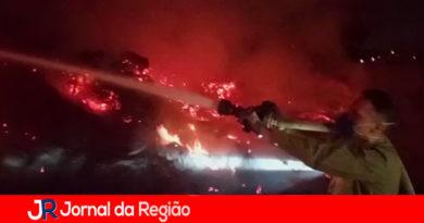 Bombeiros de Itupeva combatem incêndio em área de descarte de madeiras