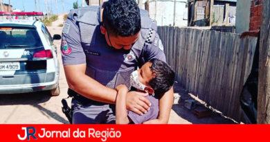 """Garoto pede um """"abraço"""" a policial militar"""