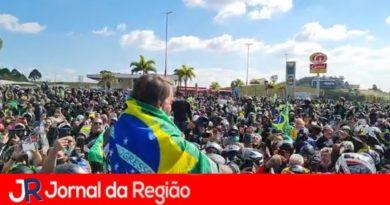 Bolsonaro recebe abraços de simpatizantes em Jundiaí