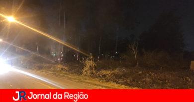 Distrito Industrial tem fogo em vegetação e em árvores altas