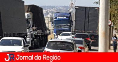 Carretas bloqueiam avenida em Jundiaí
