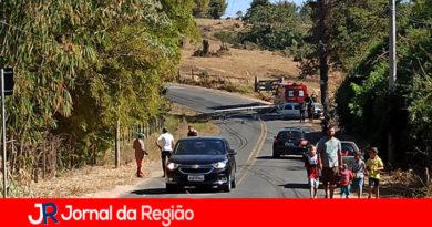 Carro derruba poste e bloqueia estrada de Itupeva a Indaiatuba