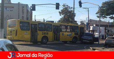 Caminhonete passa no vermelho e é atingida por ônibus