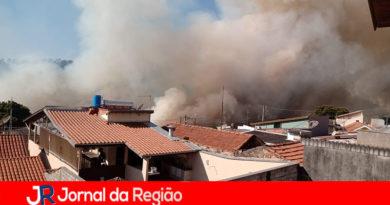 Incêndio ameaça residências na Agapeama, em Jundiaí