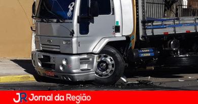 Caminhão e carro batem no Bonfiglioli