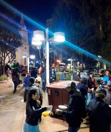 Entrega de marmita no Centro. (Fotos: Divulgação)