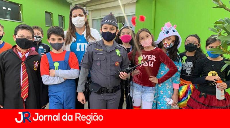 PM surpreende festa de crianças. (Foto: Divulgação)