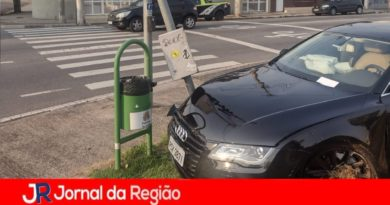 Audi bate em poste de semáforo em Jundiaí