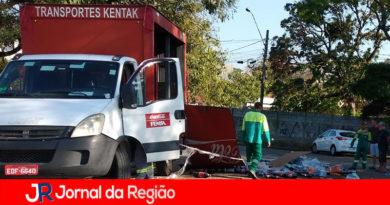 Carga de Coca-Cola cai de caminhão