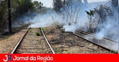 Vândalos colocam fogo em galhos em linha de trem