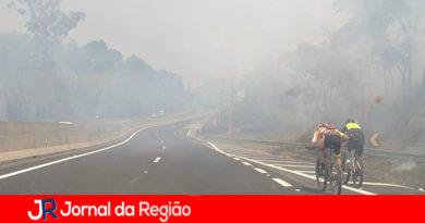 Incêndio prejudica visibilidade na Estrada de Jundiaí a Itatiba
