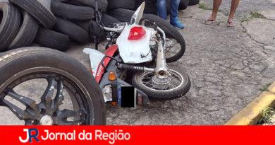 Motociclista bate contra comércio em Várzea