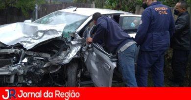 Três ficam feridos em colisão de carro x carro