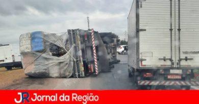 Caminhão tomba no Eloy Chaves