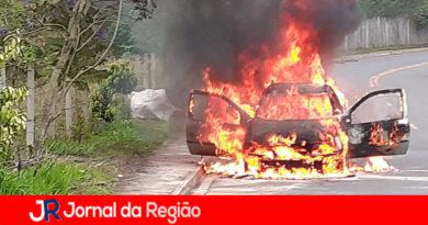 Carro pega fogo em Itatiba