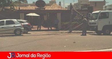 Caminhão puxa fios e quebra poste em Jundiaí